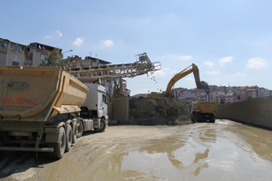 """<div class=""""bildtext_en"""">Loading the tunnel muck for removal from the site by lorry</div>"""