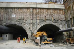Links der 1.685 m lange Haupttunnel, in der Mitte der umgebaute Bagger und rechts der Rettungsstollen&nbsp;&nbsp;&nbsp;  (Foto: Zeppelin)<br /><br />