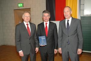 """<div class=""""bildtext"""">Dekan Prof. Jürgen Schwarz, Prof. Konrad Bergmeister und Prof. Manfred Keuser präsentieren die Festschrift.</div>"""