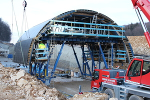 """<div class=""""bildtext_en"""">Assembly of the tunnel formwork carriage at the site of the Imberg Tunnel</div>"""