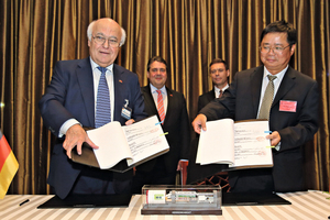 """<div class=""""bildtext_en"""">Front, left to right: Martin Herrenknecht, Chairman of the Board of Management Herrenknecht AG, and Yu Xuanping, General Manager of Shanghai Tunnel Engineering have signed the contract for the Wuhan TBMs. In the back, left to right: German Federal Minister for Economic Affairs Sigmar Gabriel, and the German Ambassador to the People's Republic of China, Michael Clauss</div>"""