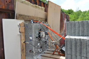 """<div class=""""bildtext_en"""">Concrete slab with sound emission sensors </div>"""