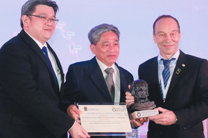 "<div class=""bildtext_en"">	Søren Degn Eskesen (on the right) hands over the ITA Award for the most outstanding tunnelling project in 2016 costing between 50 and 500 million euros to Esen Sze Yu Sheng (centre)</div>"
