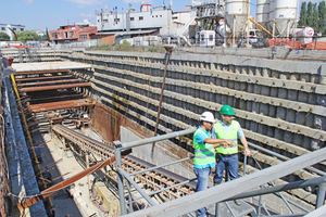 """<div class=""""bildtext_en"""">Visiting the Mecidiyeköy-Mahmutbey Metro tunnelling site in the Istanbul district of Gaziösmanpaşa; Sinan Acun (on the left) responsible for the metro project's tunnel drives talking to tunnel's Marvin Klostermeier</div>"""