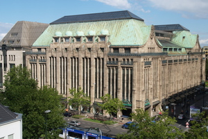 "<div class=""bildtext_en"">The Wehrhahn Line crosses below the southern part of the prominent Kaufhof building 