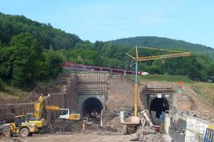 """<div class=""""bildtext""""><strong>2</strong>Ostportal Tunnel Metzberg </div>"""